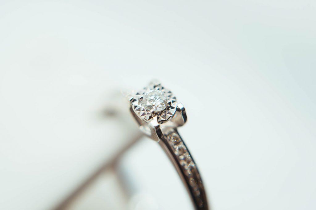 sklep z biżuterią pierścionek